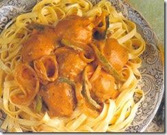 Albóndigas con pimentón y pasta fettuccine. Receta | cocinamuyfacil.com