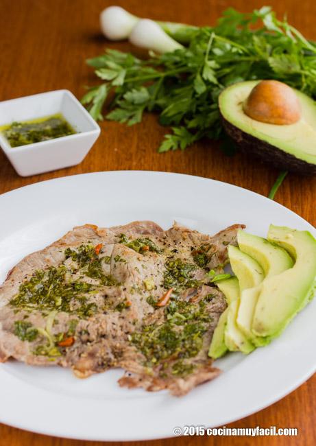 Bisteces en salsa de chimichurri. Receta | cocinamuyfacil.com
