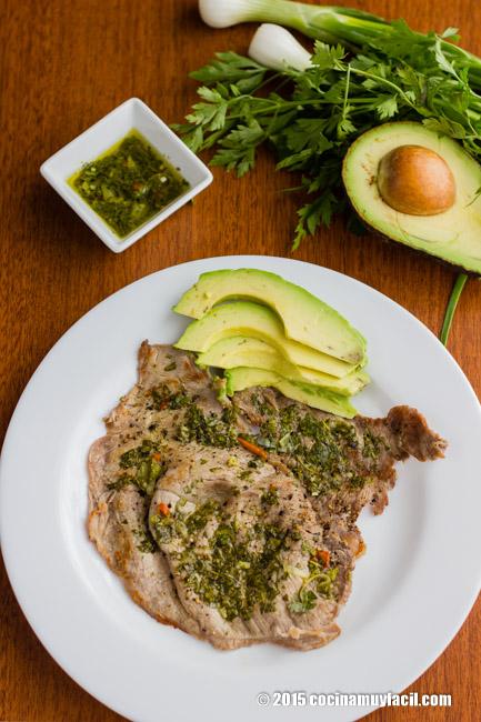 Bisteces de res en salsa de chimichurri argentino. Receta | cocinamuyfacil.com