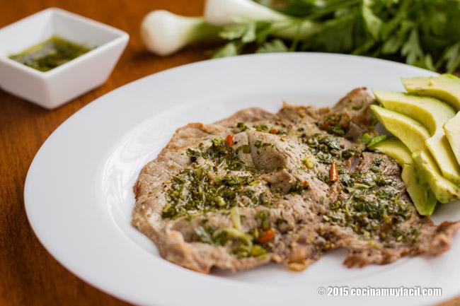 Bisteces de res en salsa de chimichurri. Receta | cocinamuyfacil.com