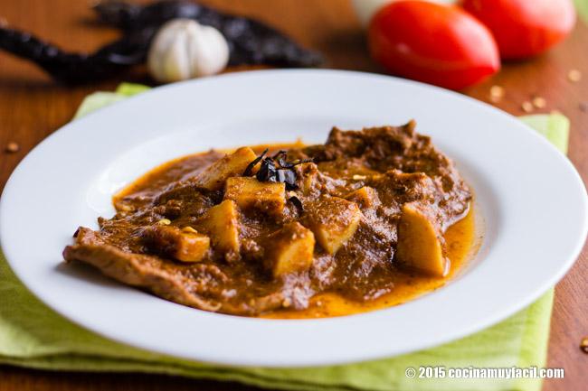 Bisteces en salsa de chile pasilla. Receta | cocinamuyfacil.com