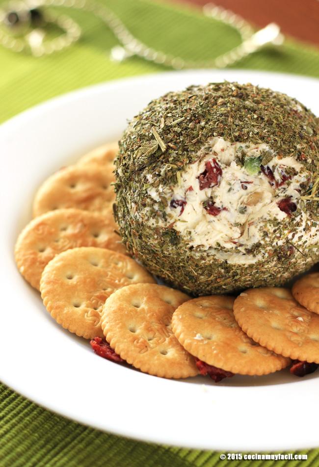 Bola de queso, arándanos y hierbas italianas. Receta de Navidad   cocinamuyfacil.com