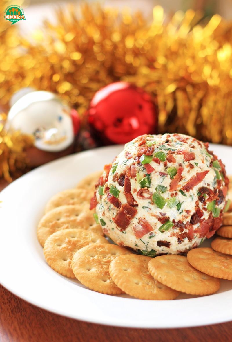 Bola de queso con tocino y jalapeño. Receta para Navidad y Año Nuevo | cocinamuyfacil.com