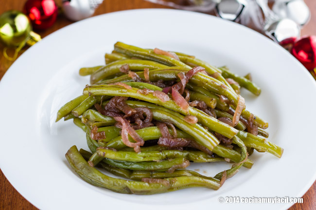 Sauteed green beans with red onion. Chirstmas Recipe | cocinamuyfacil.com/en/