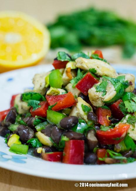Chicken and black bean salad with orange vinaigrette | cocinamuyfacil.com