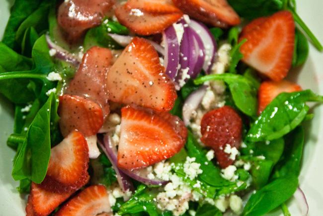 Ensalada de pollo con fresas y miel. Receta | cocinamuyfacil.com