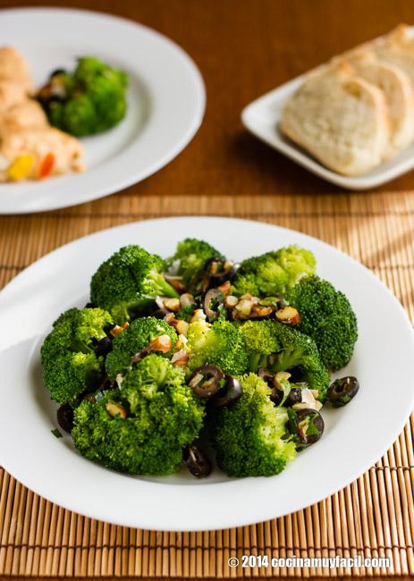 Brócoli con almendras y aceitunas. Receta para Navidad | cocinamuyfacil.com