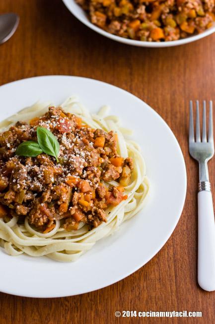 Fettuccine con salsa bolognesa. Receta | cocinamuyfacil.com