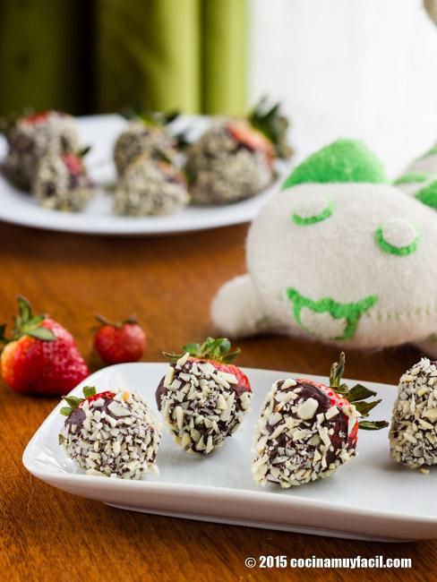 Fresas cubiertas con chocolate. Receta | cocinamuyfacil.com