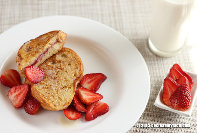 French toast stuffed with strawberry jam. Recipe | cocinamuyfacil.com
