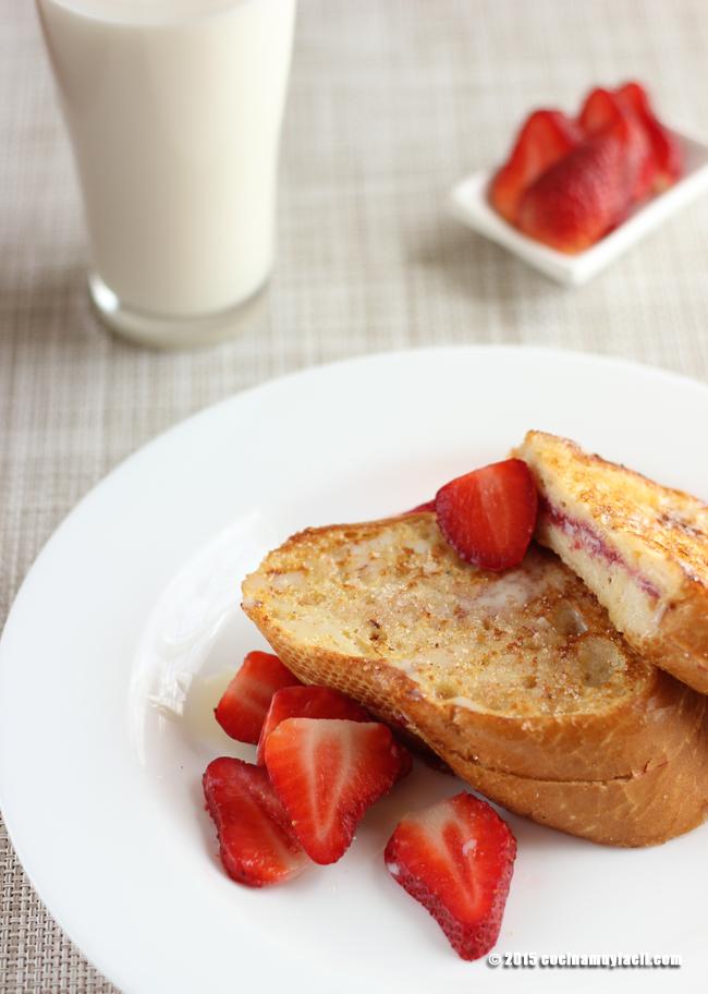 French toast stuffed with strawberry jam. Recipe | cocinamuyfacil.com