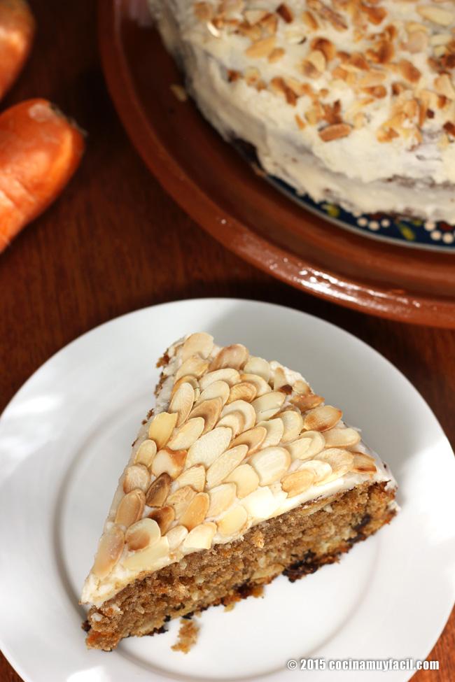 Carrot cake with cream cheese frosting. Recipe | cocinamuyfacil.com/en/