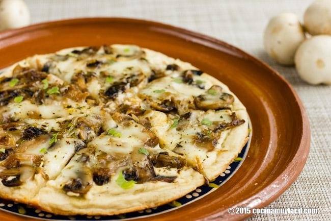 Pizza blanca con champiñones y cebolla caramelizada. Receta | cocinamuyfacil.com