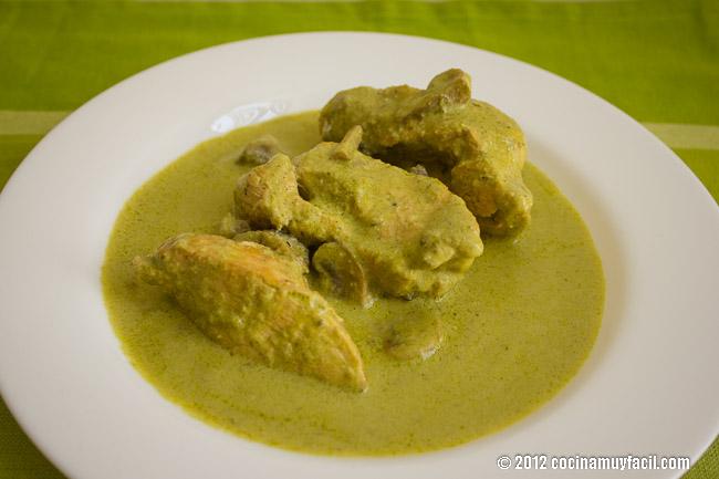 Pollo en Crema de chile poblano y champiñones. Receta | cocinamuyfacil.com
