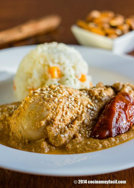 Pollo en mole de almendras. Receta | cocinamuyfacil.com