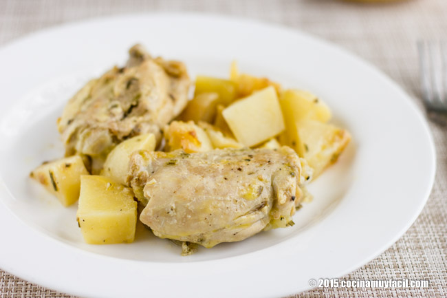 Pollo con papas al romero. Receta | cocinamuyfacil.com