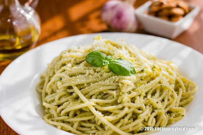 Spaghetti with basil almond pesto. Recipe | cocinamuyfacil.com/en/