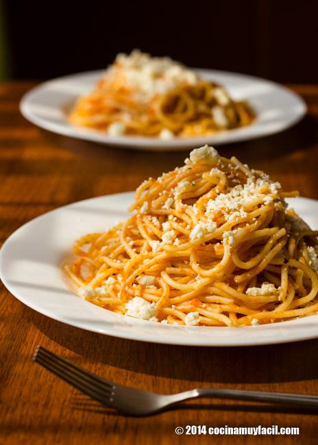 Espagueti rojo. Receta | cocinamuyfacil.com