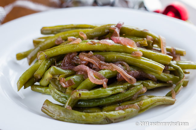 Sauteed green beans with red onion. Christmas recipe | cocinamuyfacil.com