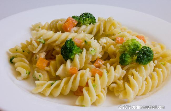 Ensalada de pasta ligera con brócoli y zanahoria. Receta | cocinamuyfacil.com