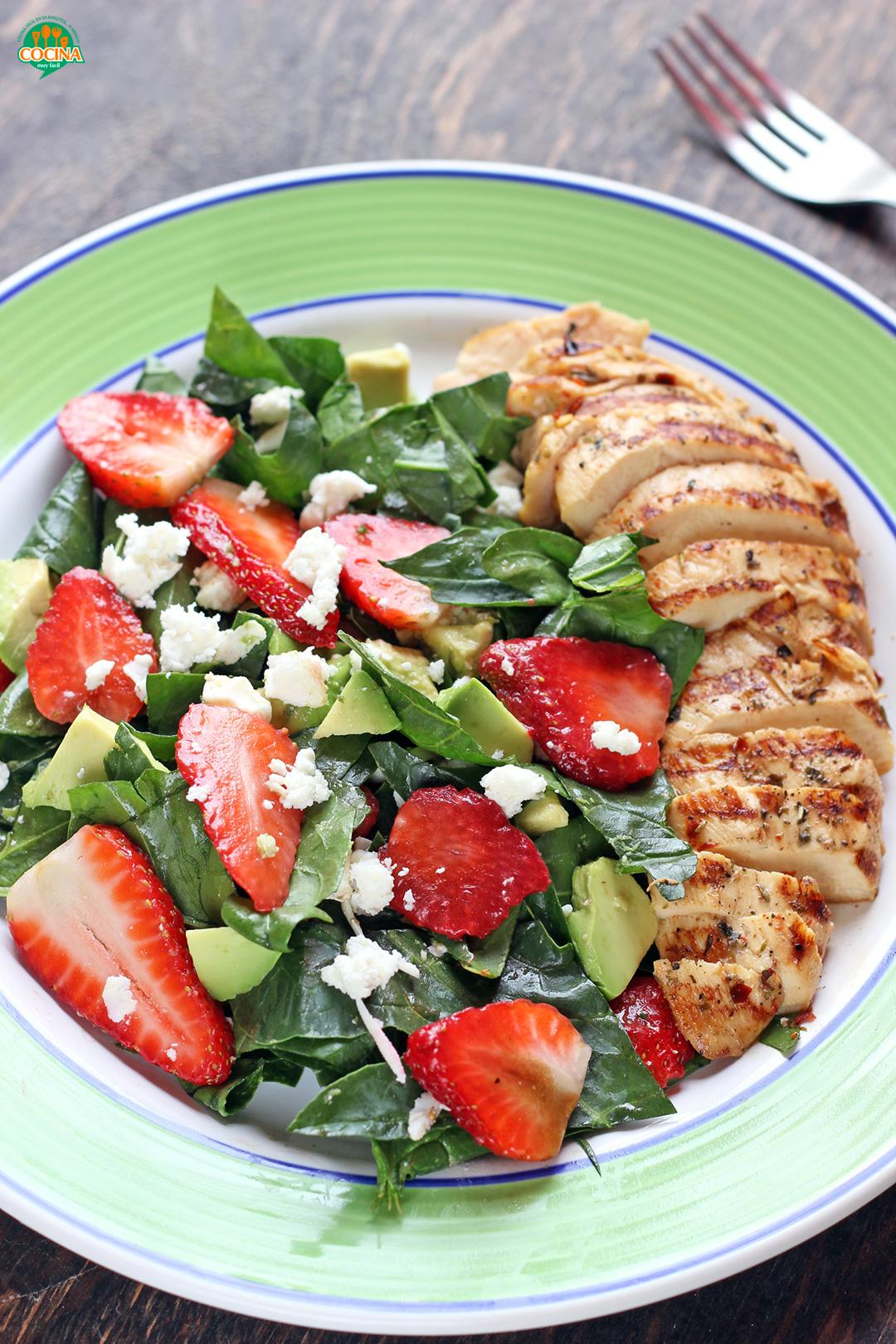 Ensalada de fresas y espinacas con pollo a la parrilla. Receta | cocinamuyfacil.com