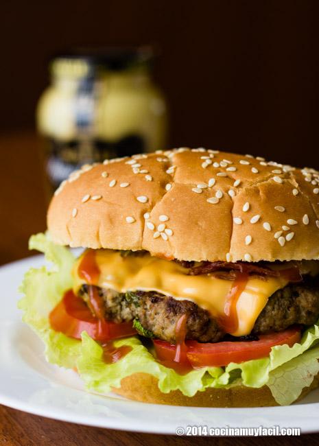 Homemade burgers. Recipe| cocinamuyfacil.com