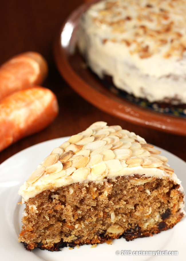 Carrot cake with cream cheese frosting. Recipe | cocinamuyfacil.com/en/
