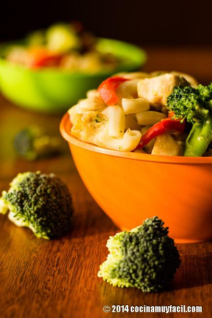 Ensalada de pasta con pollo y brócoli